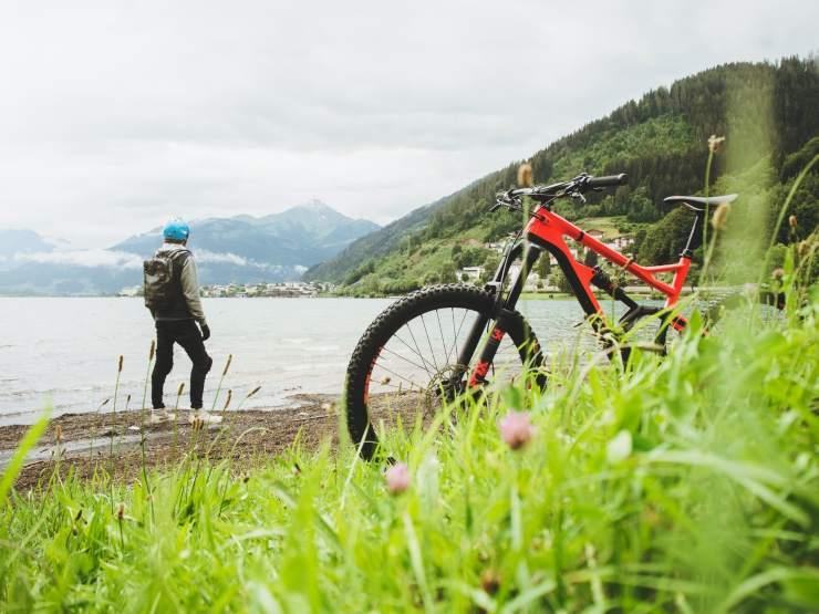 uomo con bicicletta sulla spiaggia