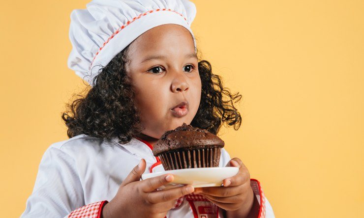 bambina con muffin
