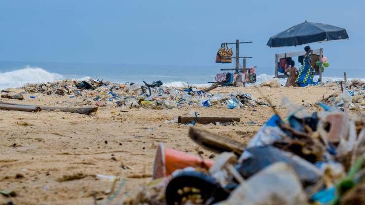 spiaggia inondata dai rifiuti
