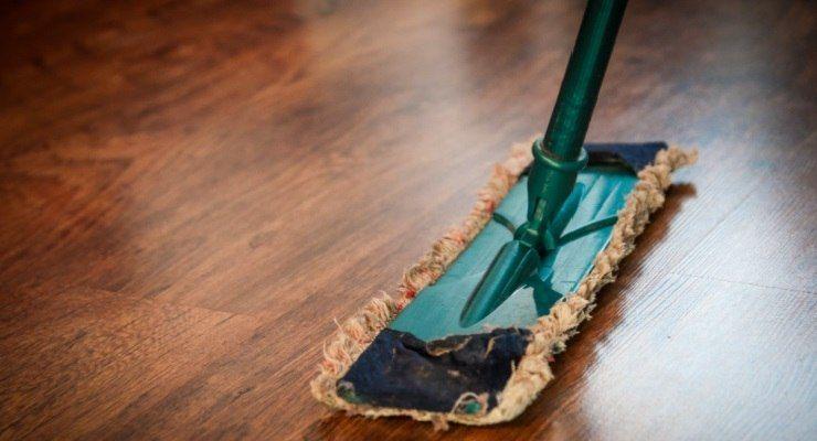 Pulire pavimenti senza detersivo