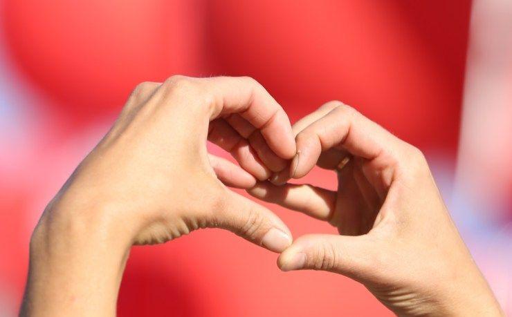 cuore con le mani